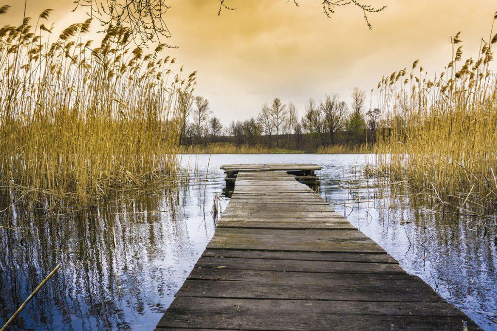 מזח עץ על שפת אגם. שקט בלב הסערה
