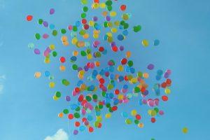 בלונים צבעוניים באוויר. חירות בלמידה