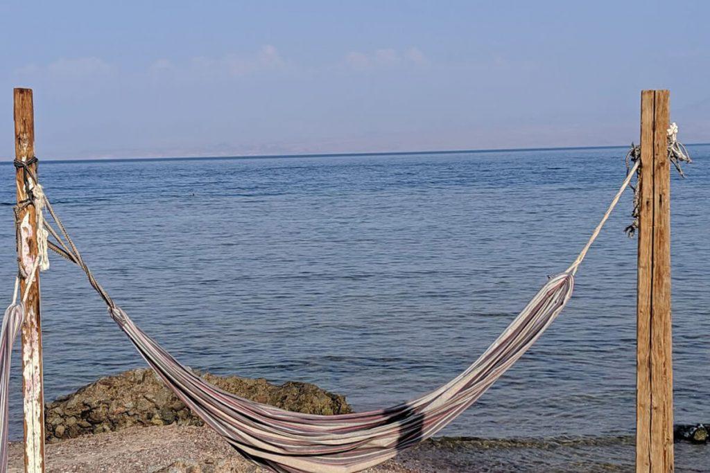 ערסל על חוף הים. חופשה