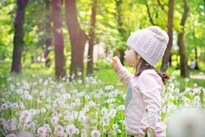 ילדה נושפת על סביון - למידה מתנועת החיים