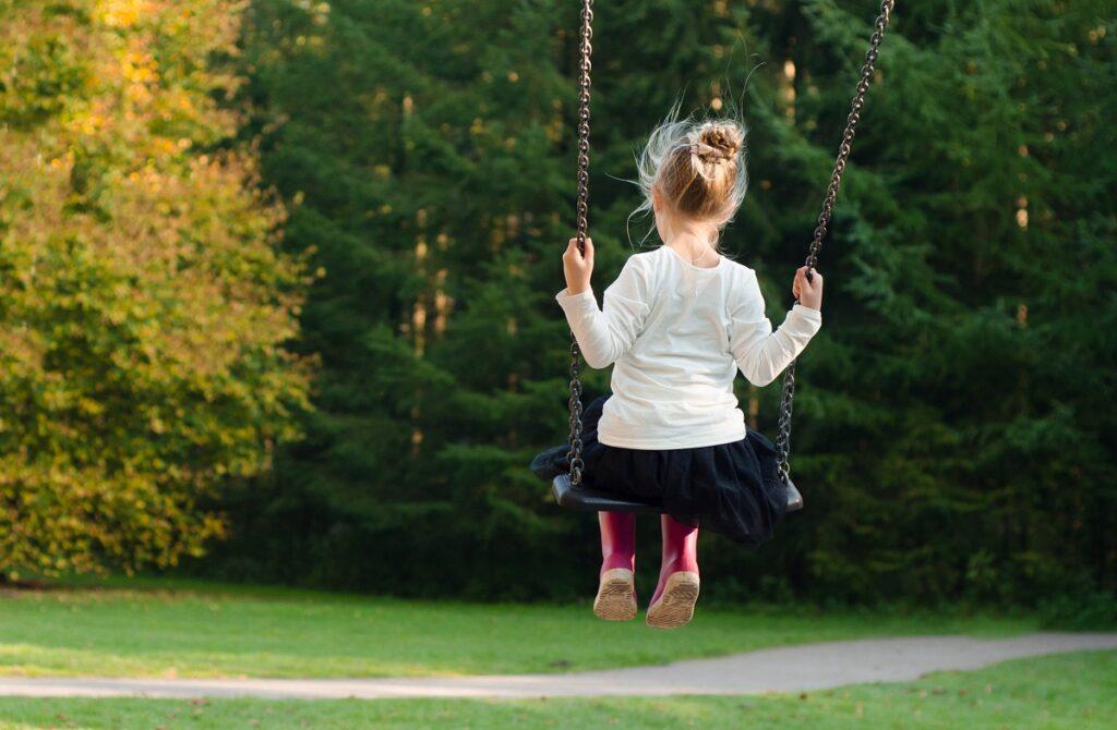 ילדה על נדנדה - למידה מתנועת החיים