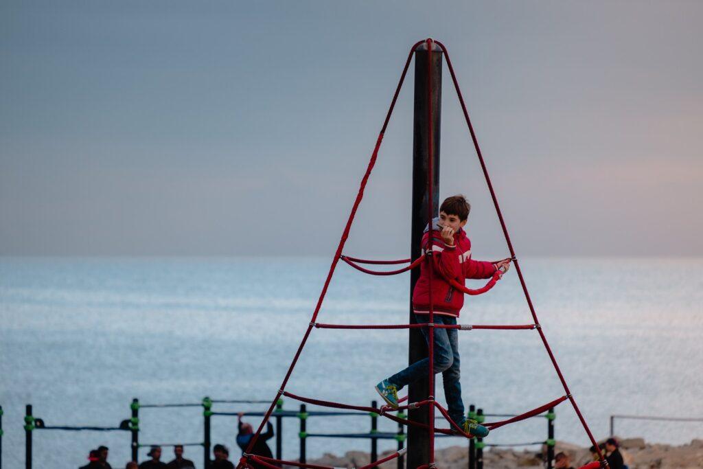 האם ילדים יכולים ללמוד חשבון כמו שהם מטפסים על מתקנים בגן משחקים?